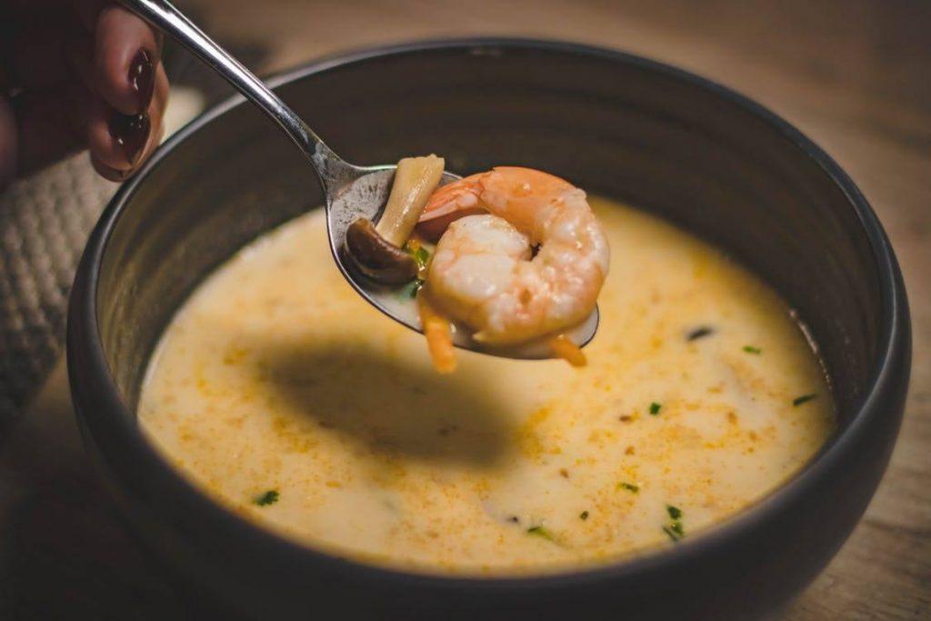 Sopa com camarão sendo servido no inverno.