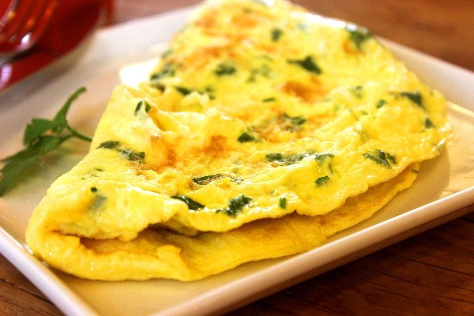 Omelete, uma das receitas fáceis para quem mora sozinha mais práticas.