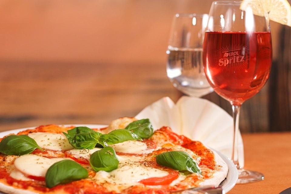 Pizza com vinho, uma das receitas fáceis para quem mora sozinho.
