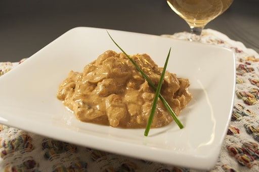 Estrogonofe de frango, uma das ótimas receitas para fazer sozinho.