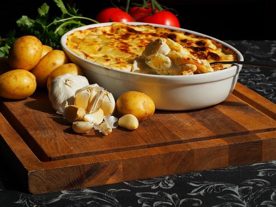 Batata gratinada, uma das melhores receitas fáceis para fazer sozinho.