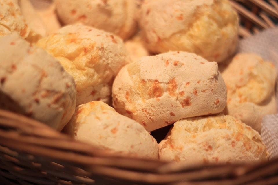 Pão de queijo servido no cesto, uma das receitas fáceis para fazer sozinho.