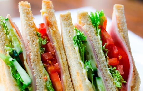 Sanduíches são deliciosas e combinam com seu piquenique saudável.