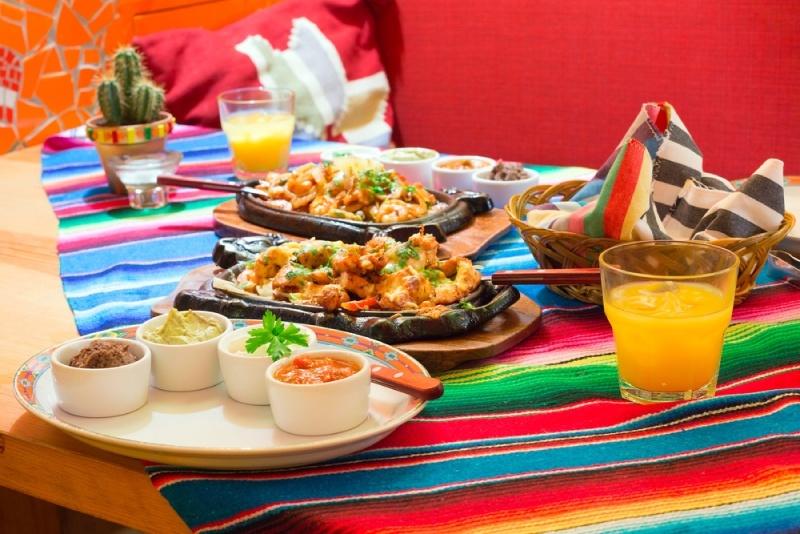 Mesa de jantar mexicano decorada com diversas receitas.
