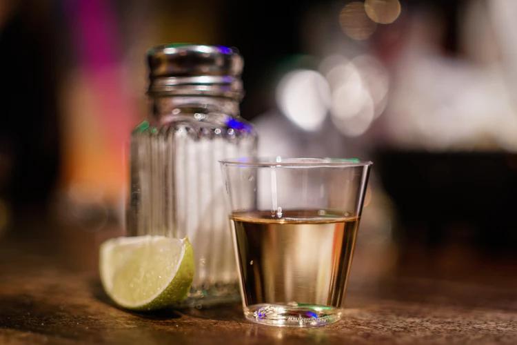 Tequila no copo de dose para jantar mexicano.