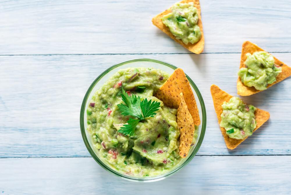 Guacamole servido em um jantar mexicano com nachos.