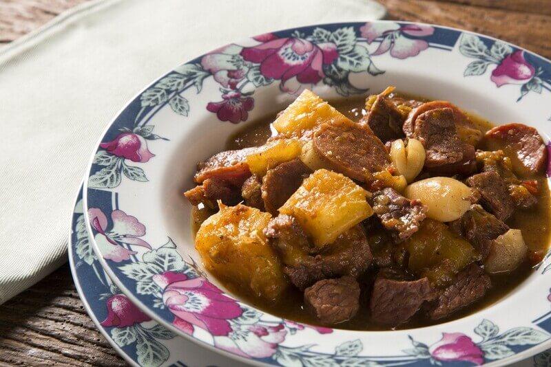 Carne de panela com pinhão e batatas cheia de benefícios à saúde.