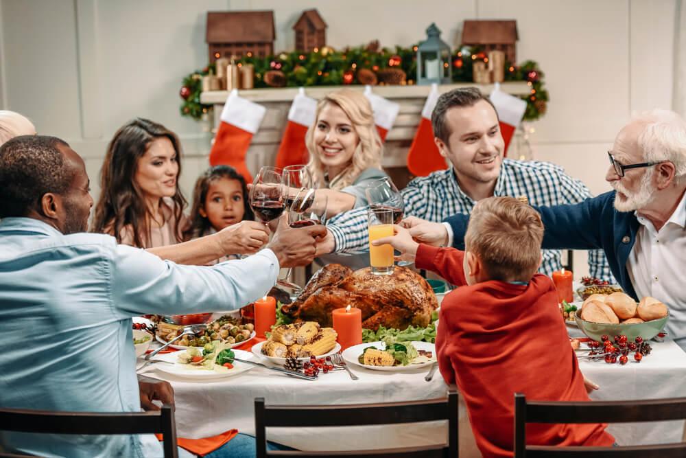 Família reunida ao redor da mesa durante a ceia de Natal.