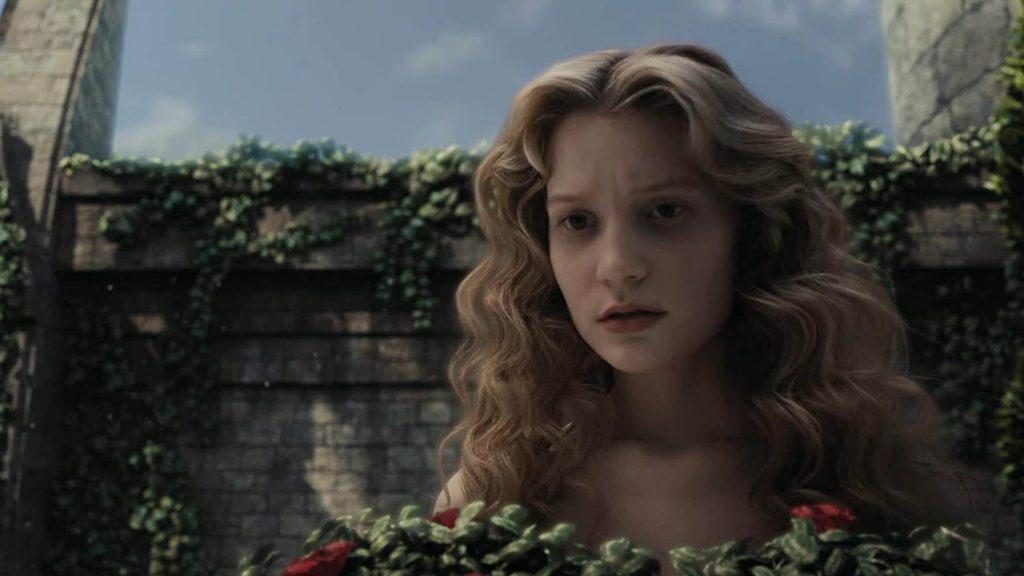 Cena de Alice no País das Maravilhas em live-action, um clássico filme para ver com os filhos.