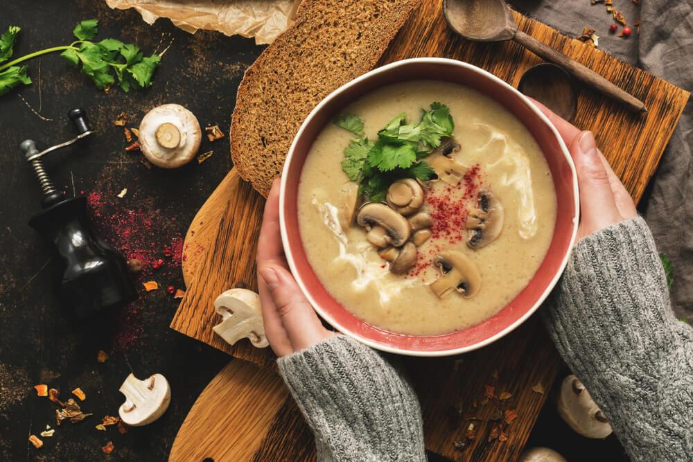 Sopa de cogumelos, um dos melhores alimentos para o inverno.