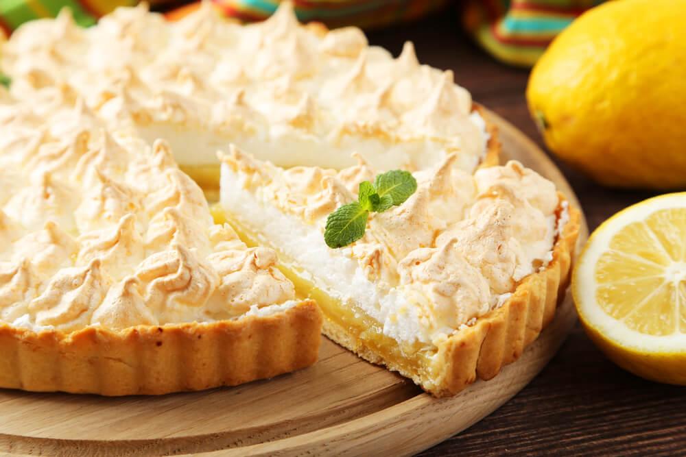 Torta de limão, uma das opções do que comer no fim de semana, servida.