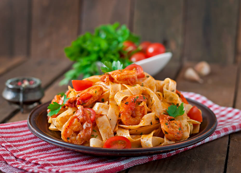 Macarrão com camarão servido para harmonizar vinhos com pratos.