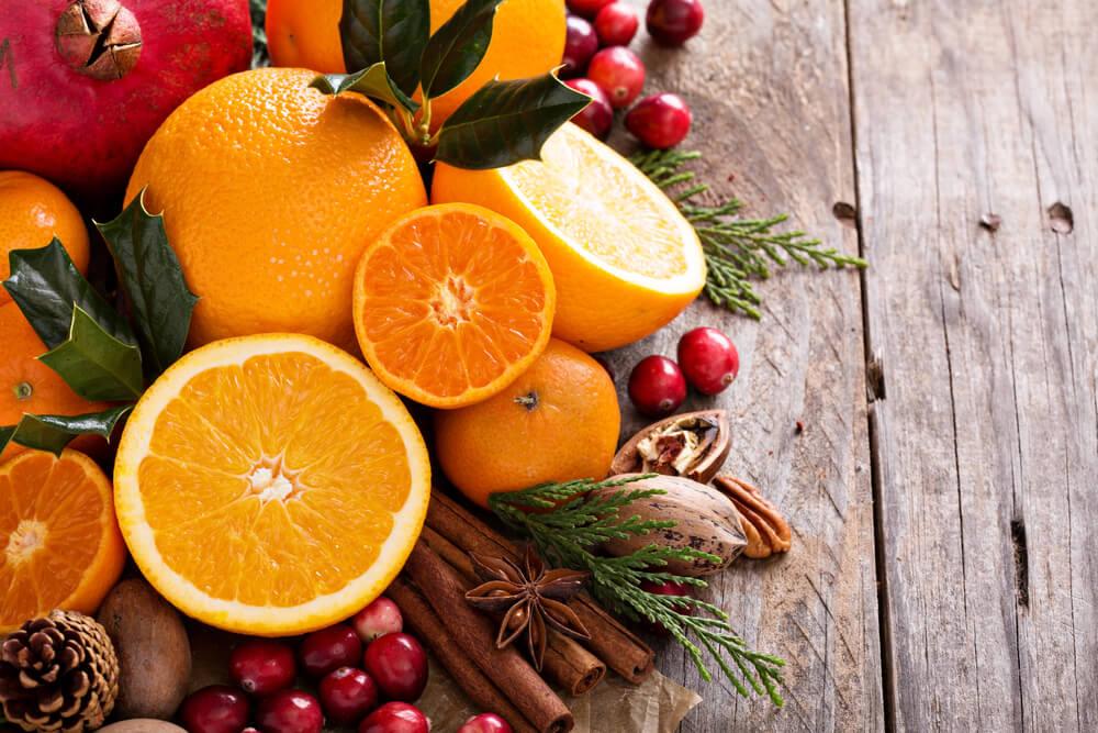 Laranja em cima da mesa, um dos melhores alimentos para inverno em questão de frutas.