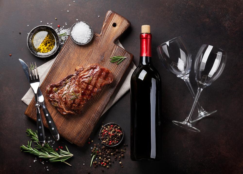 Como harmonizar vinhos com pratos: vinhos tintos combinam com carnes gordurosas.