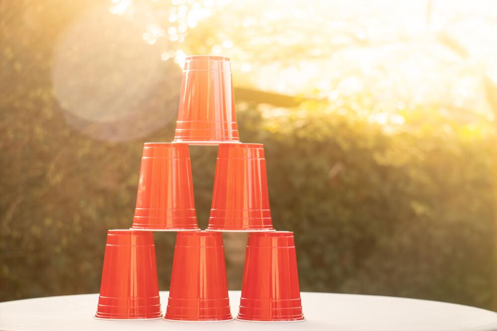Torre de copos vermelhos montadas durante noite de jogos entre amigos.