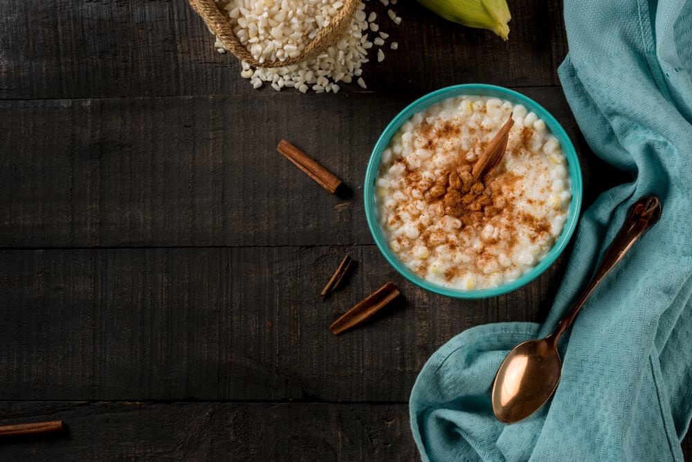 Canjica servida com canela, uma ótima sobremesa para comer no frio.