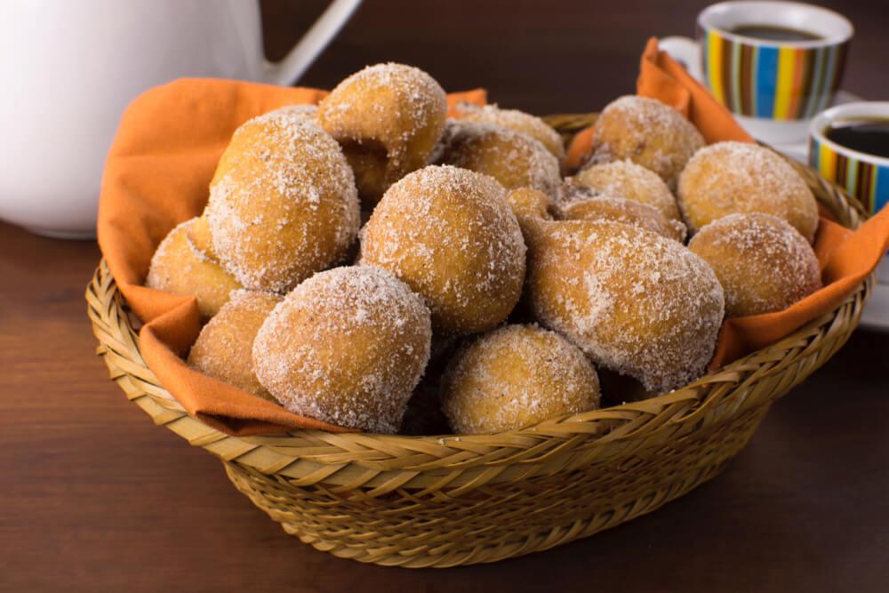 Bolinho de chuva com açúcar e canela, uma das ótimas sobremesas para comer nos dias frios.