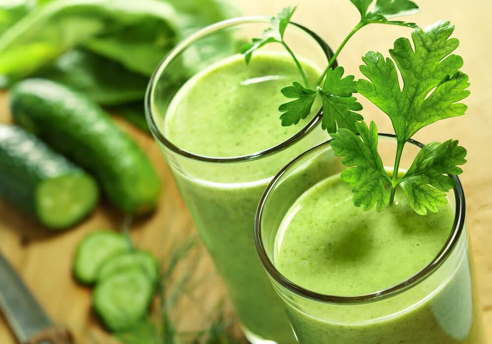 Três copos de suco verde com hortelã e pepino para beber no café da tarde.