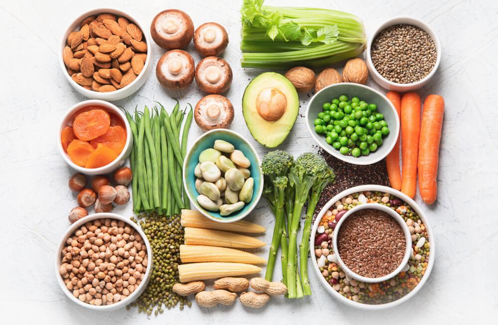 Alimentos para uma dieta baseada em plantas em cima da mesa.