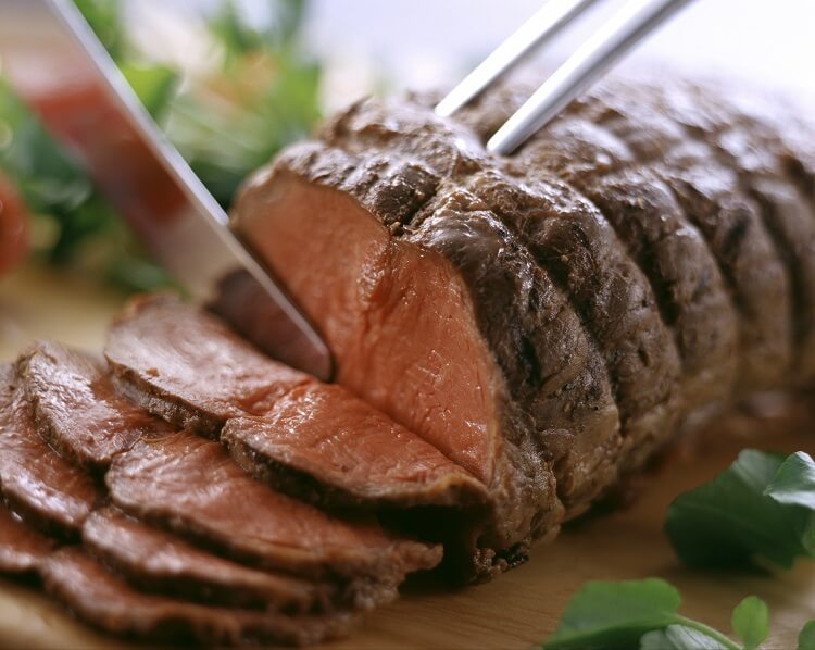 Carne assada sendo cortada