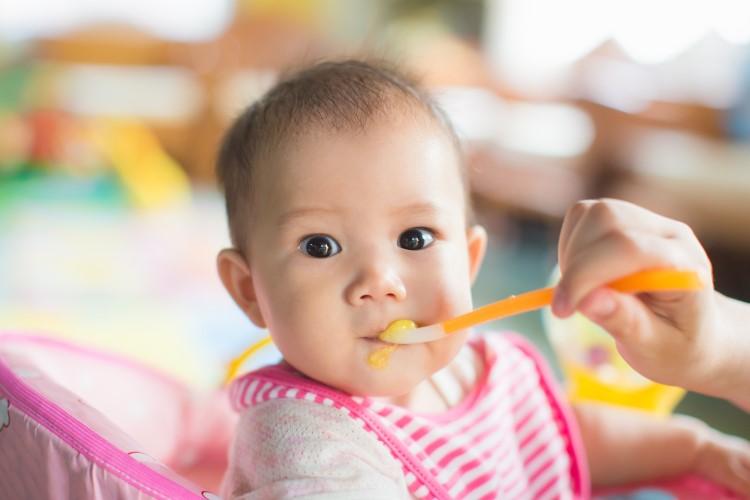 bebê sendo alimentado